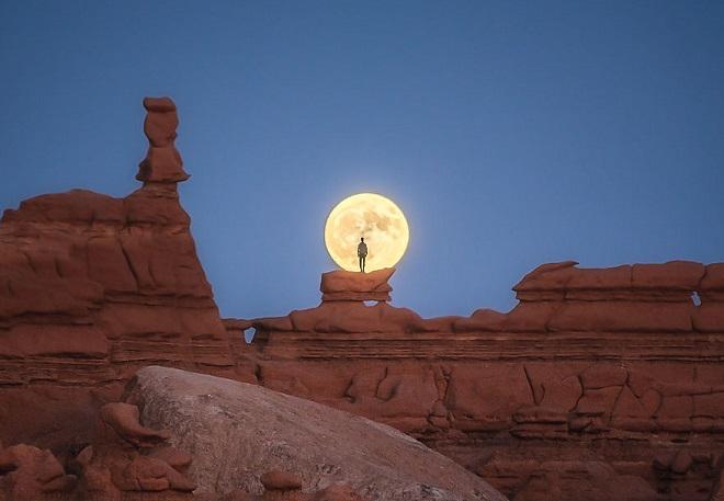 Bức ảnh trăng tròn trên sa mạc chiến thắng cuộc thi nhiếp ảnh Phong cảnh 2020 và đây là Top 15
