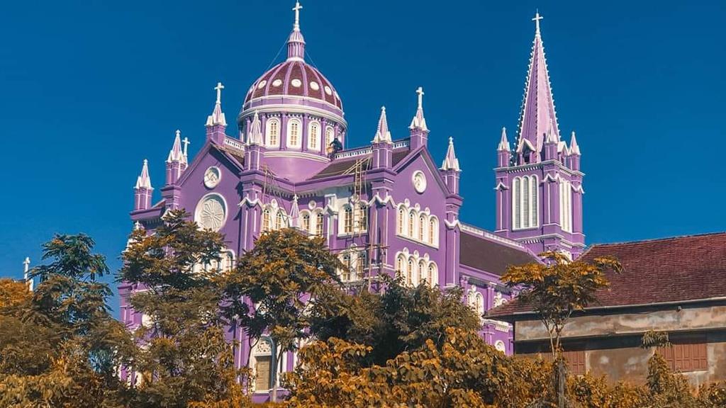 Đi đâu xa xôi, ngay Việt Nam cũng có nhà thờ tím lịm tìm sim nổi bật cả một góc trời này