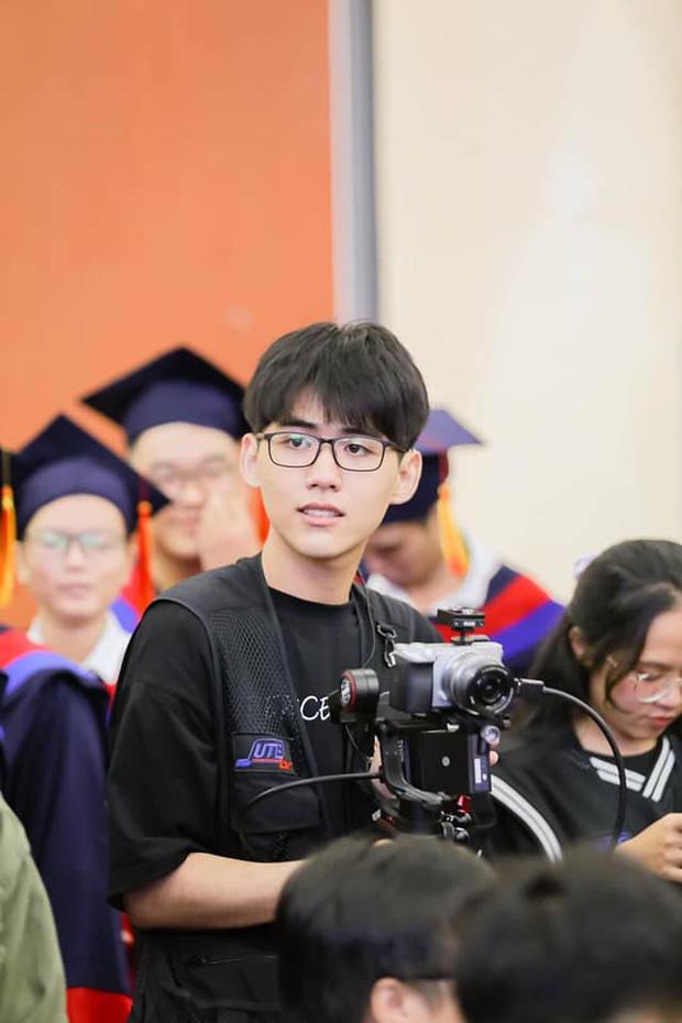 Mải quay phim cho sự kiện trường, cậu bạn năm nhất vẫn khoe vẻ điển trai xuất thần trong tấm hình chụp lén