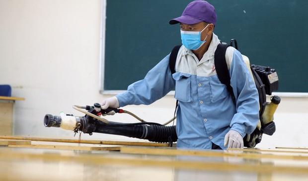 Cận cảnh quá trình phun sát khuẩn phòng thi, điểm thi tốt nghiệp THPT 2020 tại Hà Nội