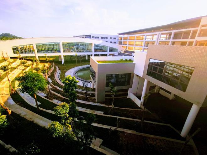 """Thêm một trường chuyên """"view sống ảo nghìn like"""", còn trợ cấp 2,2 triệu tiền mua dụng cụ học tập"""