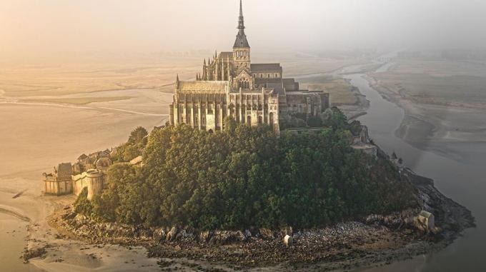 Bình minh lung linh không khác gì trailer phim Disney trên đảo Mont Saint Michel giữa lòng biển nước Pháp