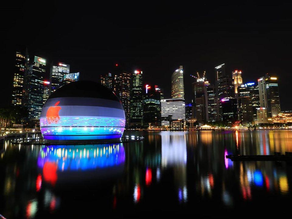 Zoom cận cảnh Cửa hàng nổi trên nước đầu tiên của Apple ở vịnh Marina Bay Sands