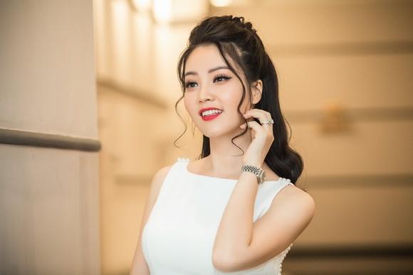 Á hậu Thuỵ Vân sở hữu toàn hàng hiệu khủng, đồng hồ sương sương cũng 400 triệu