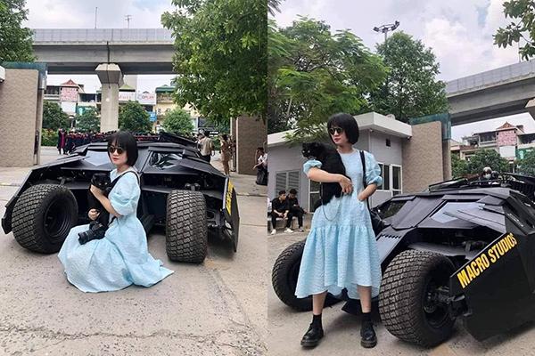 Xôn xao hình ảnh cô gái bế thú cưng đứng cùng siêu xe Batman giữa cổng trường Đại học chỉ để chụp ảnh kỷ yếu