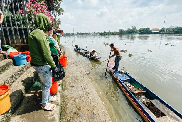 """Người dân bất lực nhìn """"đội quân"""" chích điện cả trăm ký cá phóng sinh bán lại với giá 50.000 đồng/kg"""