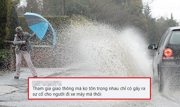 Câu hỏi tại sao cứ mưa to thì ô tô chạy vội hơn cả xe máy khiến cộng đồng được phen trút bực