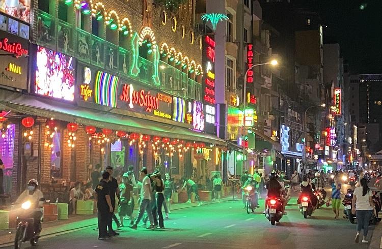 'Phố Tây' Bùi Viện nhộn nhịp trở lại sau gần 2 tháng tạm dừng hoạt động quán bar, vũ trường