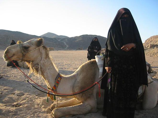 Thế giới cùng cực nơi hoang mạc nóng nhất Trái Đất - Kỳ 5: Những phụ nữ và các nhà buôn