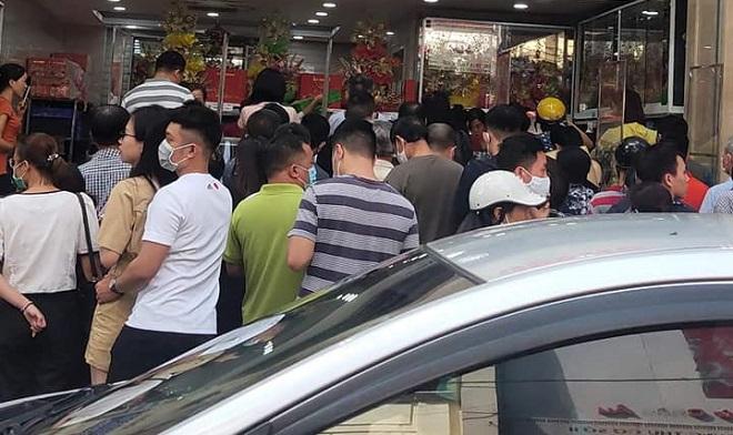 """Đến hẹn lại """"xôm"""", bánh trung thu """"ngon nhất Hà Nội"""" lại khiến dân tình ám ảnh vì tắc đường"""