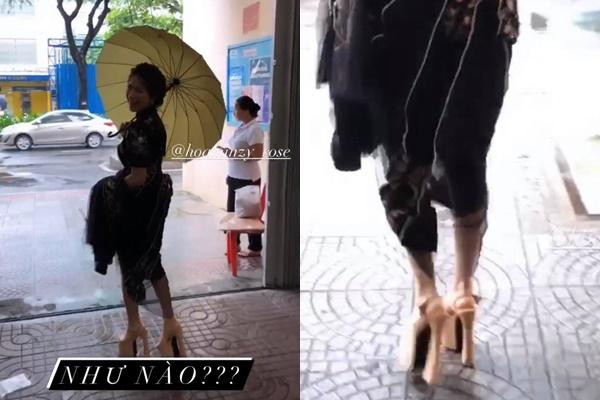 """Mang cà kheo đi sự kiện, Hòa Minzy vẫn tự tin thả dáng catwalk, nhìn như sắp """"trẹo chân"""" đến nơi"""