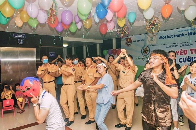 Chùm ảnh các chiến sĩ CSGT Đà Nẵng vui Tết Trung thu cùng các em nhỏ ở bệnh viện khiến dân tình đua nhau thả tim