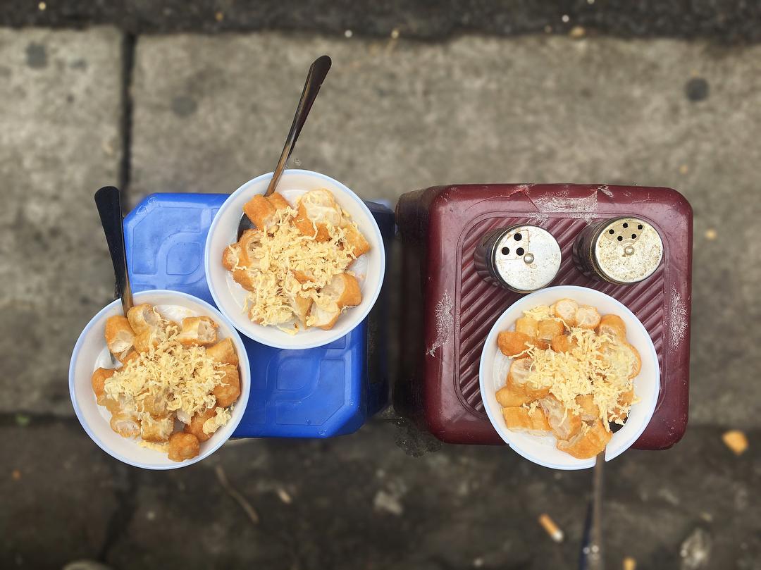 Trời thu chớm lạnh, còn gì tuyệt hơn tấp vào vỉa hè, làm vài món ăn vặt cho ấm cái bụng
