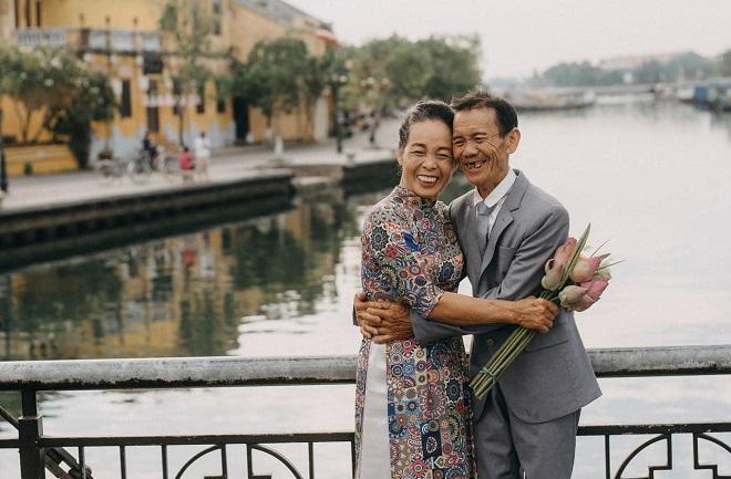 Kỷ niệm 50 năm ngày cưới, con gái đưa bố mẹ đến Hội An chụp bộ ảnh tươi như hoa khiến dân tình xúc động