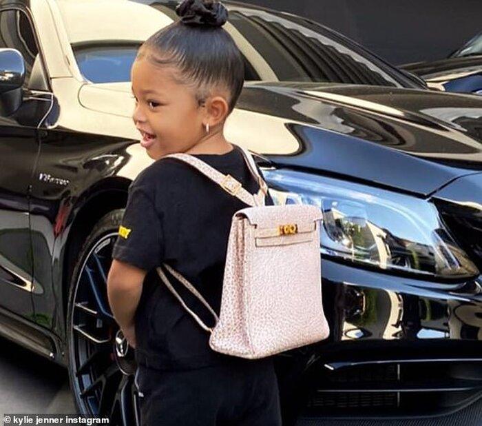Đi học với balo Hermes có giá bằng học phí cả năm của bạn bè cùng trang lứa, ngoài con gái của Kylie Jenner thì khó có ai