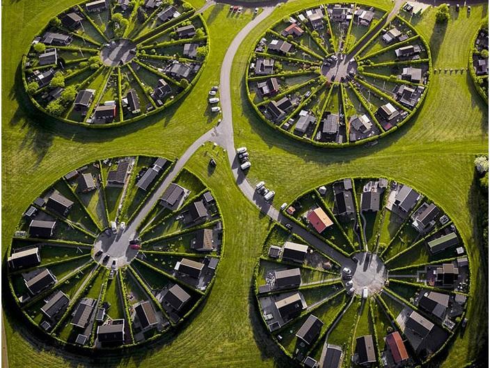 Mắt tròn mắt dẹt trước Ngôi làng kiến trúc hình tròn 'siêu thực' ở Đan Mạch