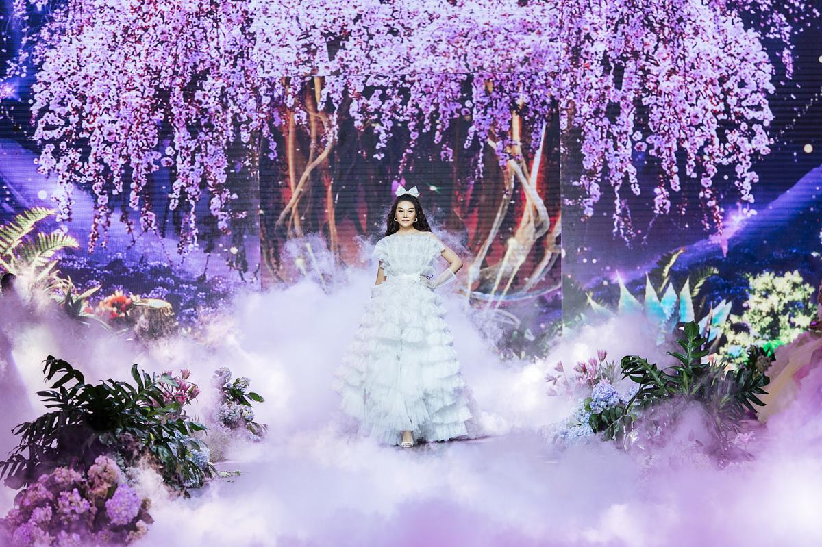Cả showbiz hóa công chúa, riêng Thanh Hằng lộng lẫy như ba hoàng