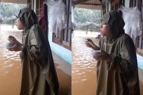 Người đàn ông tay run rẩy cầm bát cơm trước căn nhà ngập lụt, mắt nhìn xa xăm theo con nước khiến bao người xúc động